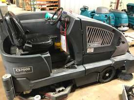 Nilfisk CS7000 LPG Sweeper/Scrubber 612 HOURS - picture2' - Click to enlarge