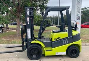 Almost new Clark 2.5 Tonne container mast forklift