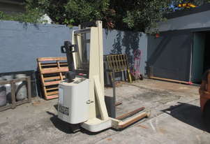 Crown Walkie Stacker 1 ton, Electric
