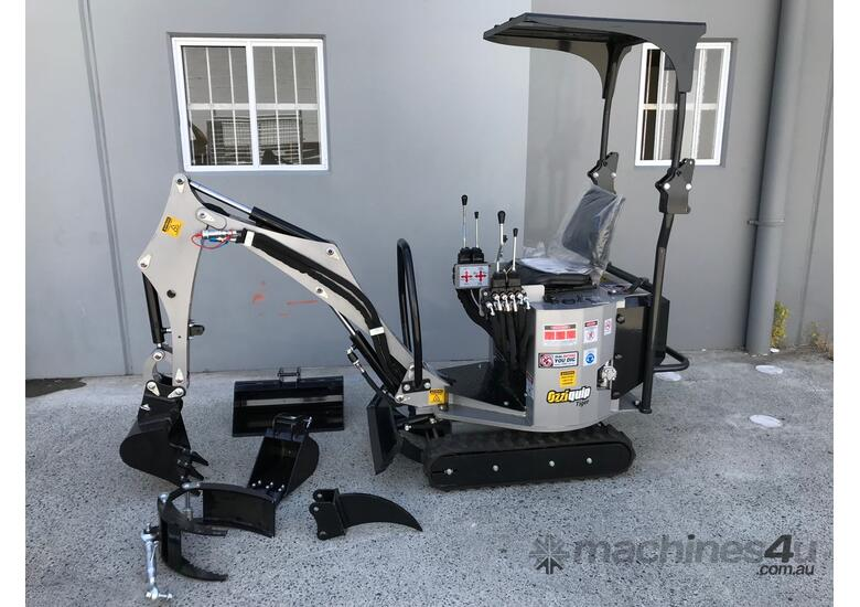 Mini excavator with 3 buckets, grapple & ripper