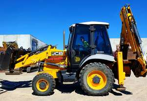 JCB 3CX 2011 MODEL BACKHOE WITH 4330 HOURS. HYDRAULIC TILTING HITCH AND 5 BUCKETS