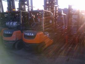 TOYOTA CURRENT MODEL 8 SERIES 6M MAST  2.5 TON - picture1' - Click to enlarge