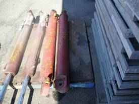 PAIR OF HYDRAULIC RAMS/ 1000mm  STROKE - picture2' - Click to enlarge