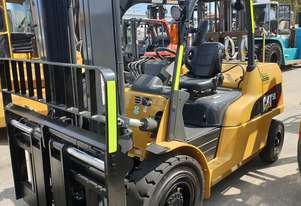Caterpillar GP50N 5000kg LPG forklift with sideshift and fork positioner