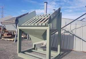 Feed bin with grizzley bars