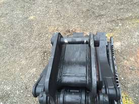 8 ton manual excavator grab - picture2' - Click to enlarge