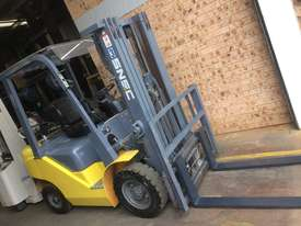 FORKLIFT- SNSC NissanLPG 2.5ton Container Mast Side Shift  6 Months Old 2000hrs  - picture4' - Click to enlarge