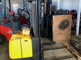 Electric Straddle Stackers - picture0' - Click to enlarge