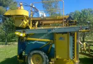 URM 900 SERIES GRAPE HARVESTER