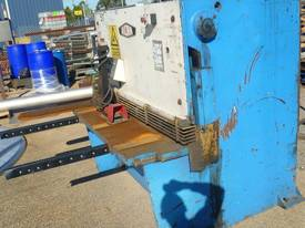 Acra � Hydraulic Guillotine - picture1' - Click to enlarge